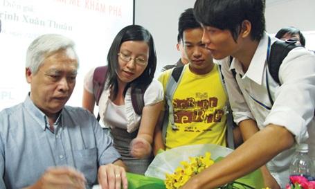 Giáo sư hàng đầu về thiên văn học trò chuyện với bạn trẻ TPHCM - 1