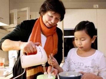 Bảo mẫu người Séc chăm trẻ em Việt Nam - 1