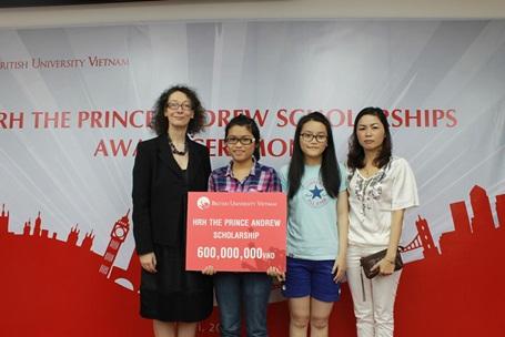 Bạn Uyên Phương, đến từ Gia Lai, chủ nhân học bổng Hoàng tử Andrew 2012.