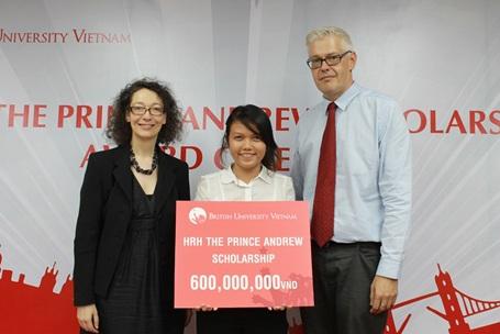 Bạn Trang Thy, chủ nhân học bổng Hoàng tử Andrew 2012.