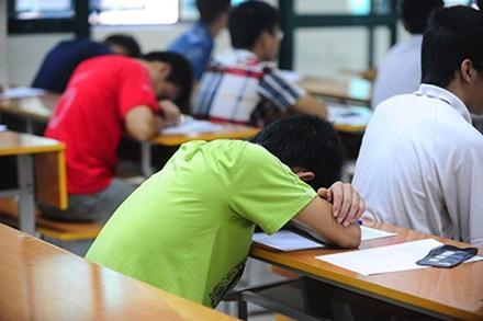 Mệt mỏi, căng thẳng với thi cử và những chương trình học vô bổ, mất thời gian. (Ảnh: Giang Huy)