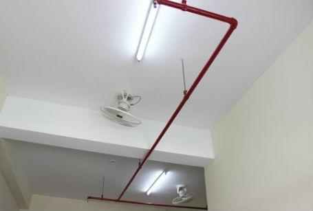 Các thiết bị điện quạt, bóng đèn được lắp đặt đầy đủ.