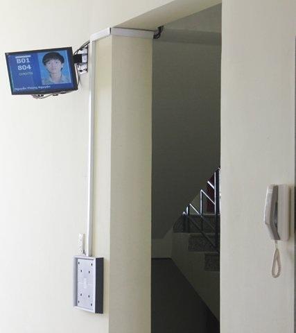 Thiết bị quản lý sinh viên với máy nhận dạng và điện thoại công cộng.