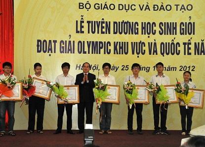 Phó Thủ tướng Nguyễn Thiện Nhân tặng bằng khen của Thủ tướng đối với