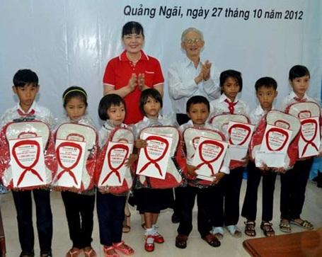 Học sinh Quảng Ngãi nhận học bổng Khăn quàng đỏ đến trường.