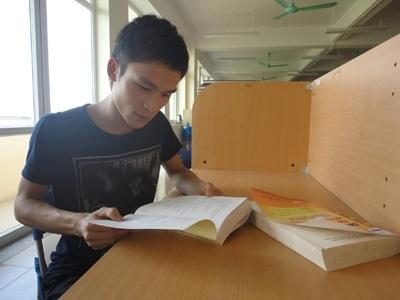 Lê Văn Chiến tại thư viện Trường Đại học Đại Nam.