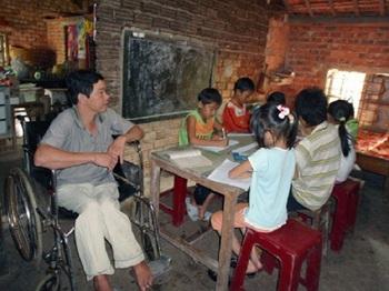 Thầy giáo Tư Trang bị tật nguyền vẫn dạy chữ cho học sinh nghèo.