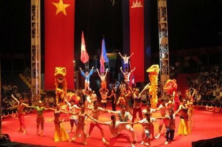 Học sinh Trường Xiếc VN biểu diễn trong Tuần văn hóa VN tại Campuchia (10/2012).