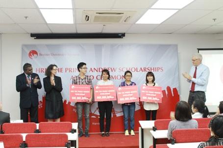 British University Vietnam trao tặng Học bổng Hoàng tử Andrew cho 4 quán quân năm 2012.