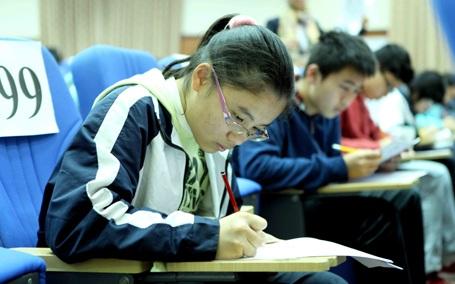Các thí sinh làm bài thi nghe.