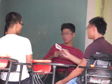 Sinh viên đánh bài tại quán cà phê đối diện cổng trường ĐH Kỹ thuật Công nghệ TP.HCM.
