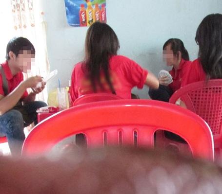 Sinh viên trường CĐ Văn hóa nghệ thuật du lịch Sài Gòn đánh bài ngay trước cổng trường
