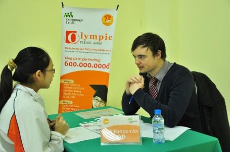 Các thí sinh trong phần phỏng vấn với các giáo viên bản ngữ.