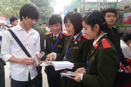 Sinh viên Học viện ANND đang tư vấn chọn ngành nghề cho thí sinh. (Ảnh: Thu Phương)