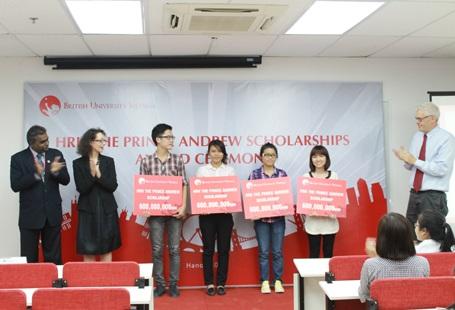 Sinh viên Cao Nữ Hải Ly và Nguyễn Anh Tuấn trong lễ trao Học bổng Hoàng tử Andrew 2012