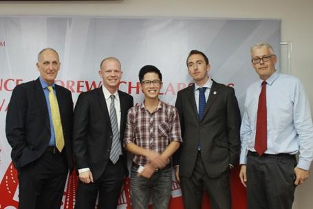 Nguyễn Anh Tuấn và các giảng viên British University Vietnam trong ngày nhận học bổng