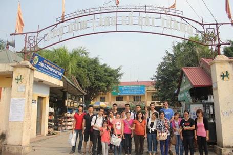 Các học viên Kella chụp ảnh lưu niệm trong chuyến dã ngoại tại làng cổ Bát Tràng