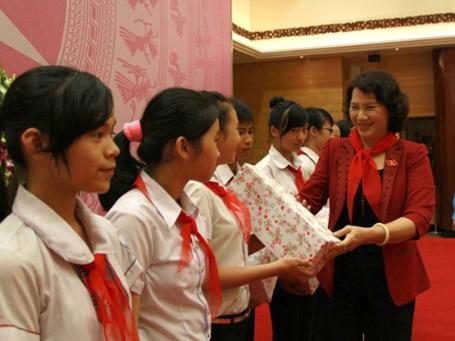 Tiếp đó, 72 dũng sĩ nghìn việc tốt cũng vinh dự được gặp Phó Chủ tịch Quốc hội Nguyễn Thị Kim Ngân.