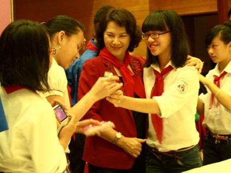 Các dũng sĩ nhí chụp ảnh với Phó Chủ tịch Quốc hội Nguyễn Thị Kim Ngân sau chương trình