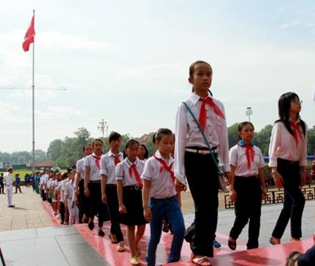 Các em vào lăng viếng Chủ tịch Hồ Chí Minh.