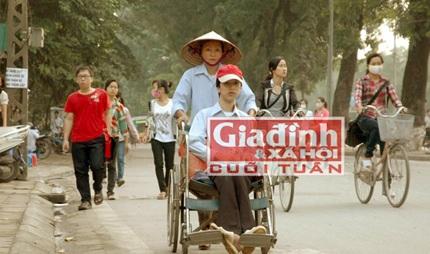 Người mẹ nghèo ròng rã đẩy xe lăn cùng con theo đuổi con chữ