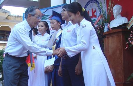 Quảng Ngãi: Trao 10 suất học bổng tới HS Trường THPT chuyên Lê Khiết