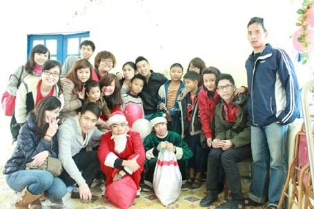 Huyền My tích cực trong các hoạt động từ thiện cùng các bạn sinh viên tại BUV