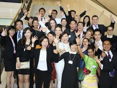 Trần Quang Hưng (thứ 2, từ trái sang) cùng bạn bè quốc tế tại Diễn đàn kinh tế thế giới