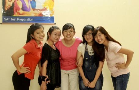 CôDiệu Ly vàcác học viên xuất sắc của khóa SAT tại IEE