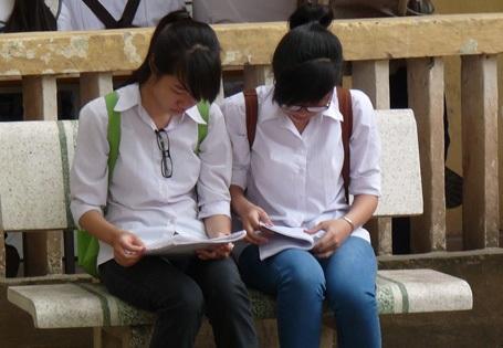 Thí sinh Hà Nội tranh thủ xem lại bài trước khi vào thi. (Ảnh: Hồng Hạnh)