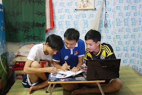Nguyễn Xuân Khôi và bạn bè truyền đạt kinh nghiệm thi cử cho sĩ tử