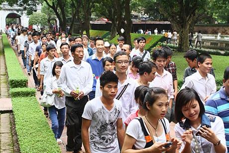Hàng ngàn người lũ lượt đổ về Văn Miếu