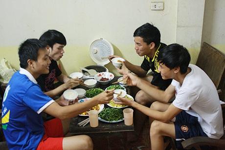 Nhóm nam sinh chịu khó nấu cơm, chăm sóc cho hai sĩ tử đi thi