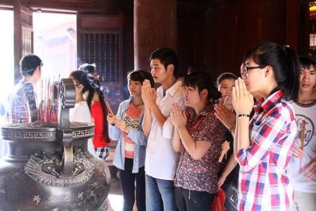 Phía bên trong gian thờ, các sĩ tử thành tâm cầu khấn đỗ đạt