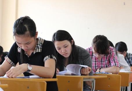 Sinh viên làm bài dự thi kì thi tuyển sinh đợt 1 (5/5) của ĐH FPT.