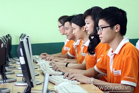 Sinh viên chuyên ngành Kế toán của FPT Polytechnic trong một giờ thực hành