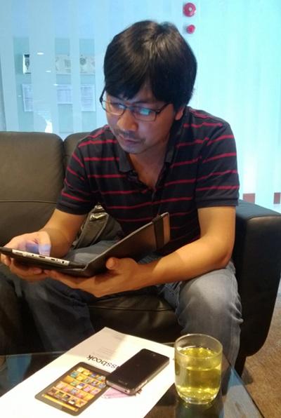 Anh Đinh Tiến Dũng- tác giả bài viết đang nghiên cứu sách giáo khoađiện tử Classbook