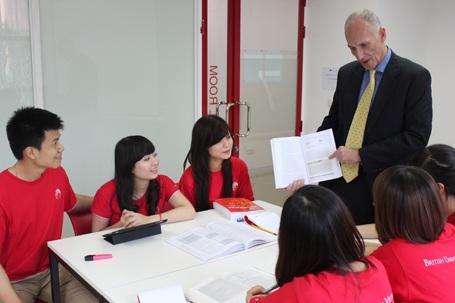 Đỗ Duy Dương và các sinh viên trong lớp học về Marketing cùng giảng viên Tony Summers