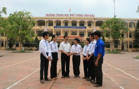 Thầy hiệu trưởng vui mừng đón 5 thủ khoa đại học năm 2013 về thăm trường.