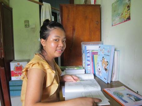 Cô học trò mồ côi Trần Thị Lan bên góc học tập.
