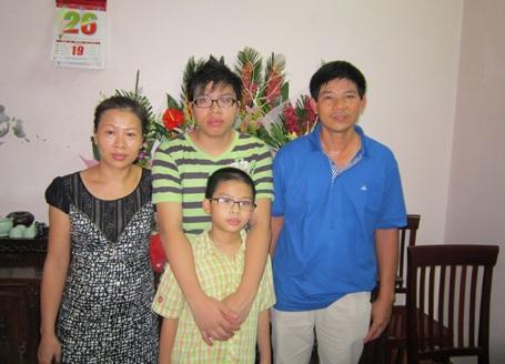 Hồ Quang Khải chụp ảnh cùng bố mẹ và em trai.