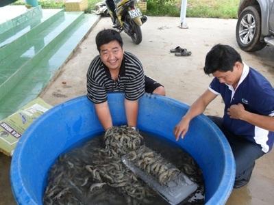 Tìm hiểu về tôm, cá là đam mê của Trần Hữu Lộc. (Ảnh: Thanh Tâm)