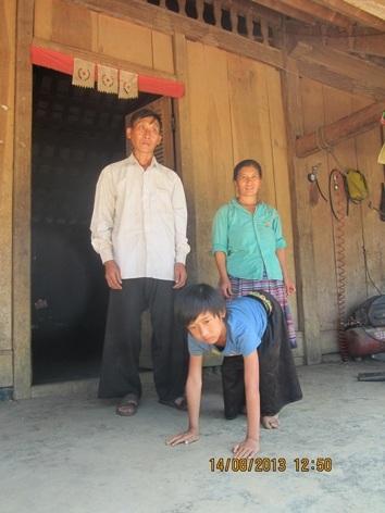 Lầu A Sáng và bố mẹ trước căn nhà của mình.
