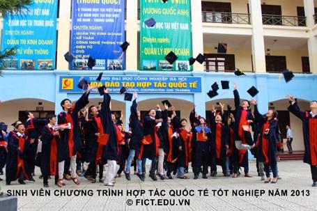 Sinh viên chương trình hợp tác quốc tế tốt nghiệp năm 2013.