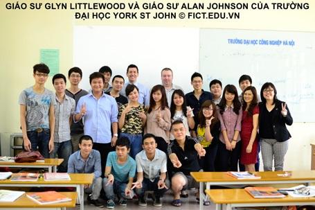 Sinh viên chụp ảnh lưu niệm cùng các giáo sư ĐH York St John (vương quốc Anh).