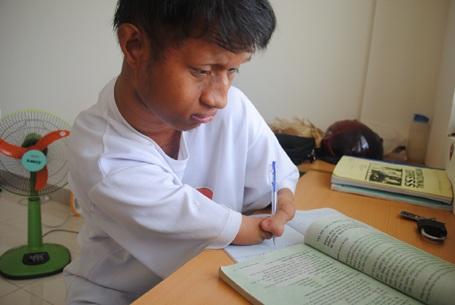 Tân sinh viên Dj Ruêng miệt mài với bài vở hàng ngày.