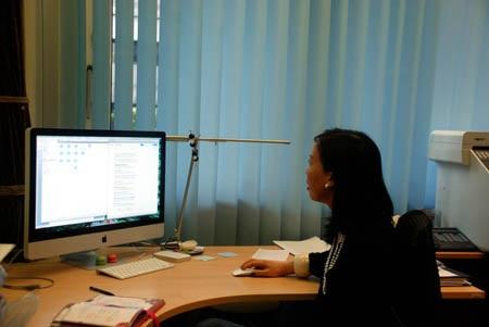 Thu Trang tại văn phòng làm việc.