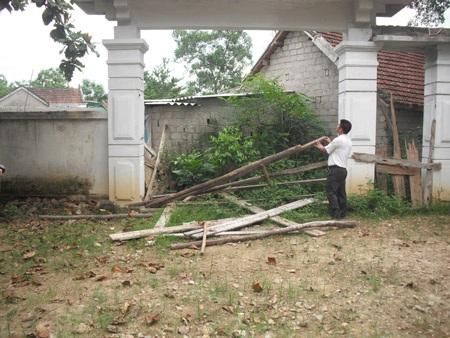 Thầy Trần Xuân Yên rào lại cổng chính, trường phải đi cổng phụ.