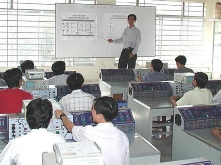 Học viên thực hành trên máy tại Khoa Điện tử Trường Trung cấp Kỹ thuật Hùng Vương.