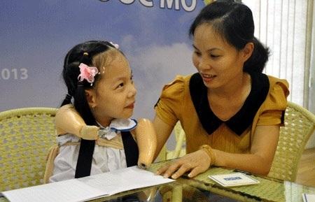 Linh Chi được mẹ giúp đỡ viết ước mơ của mình.